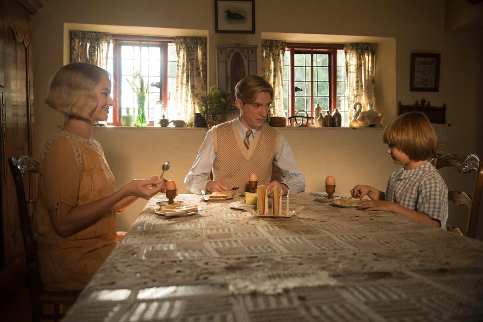 مارگو روبی، دامنال گلیسون و ویل تیلسون در نمایی از فیلم سینمایی خداحافظ کریستوفر رابین