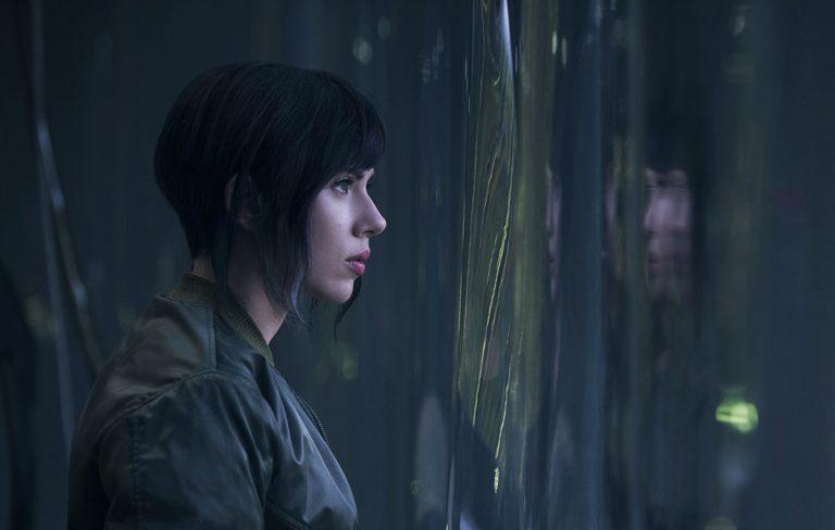 نقش «اسکارلت جوهانسن» در «شبح درون پوسته» بحث زیادی به پا کرده است چون شخصیت اصلی در انیمهی ژاپنی، البته ژاپنی بود