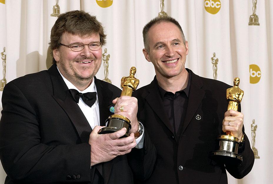 مور به همراه تهیه کننده، مایکل داناوان، بعد از این که هر دوی آنان در سال 2003 برای فیلم بولینگ برای کلمباین جایزهی اسکار بهترین مستند را از آن خود کردند.