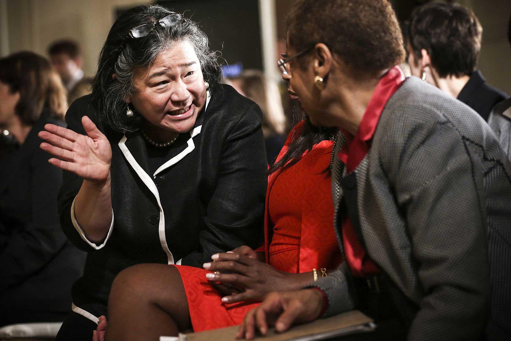 تینا چن، دستیار وقتِ باراک اوباما (چپ) در حال گفتگو با نماینده، النور هلمز نورتون (دموکرات، ایالت واشنگتن) طی رویدادی مربوط به پنجاهمین سالگرد تصویب قانون دستمزد برابر، 10 ژوئن 2013