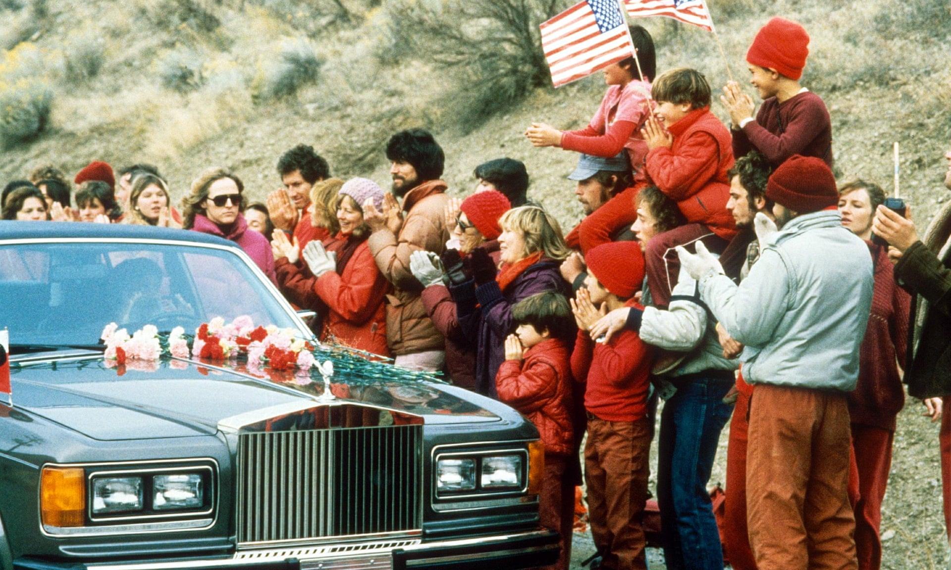 استقبال پیروان راجنیش از او در لحظه ورودش به ایالت اورگن سوار بر رولزرویس