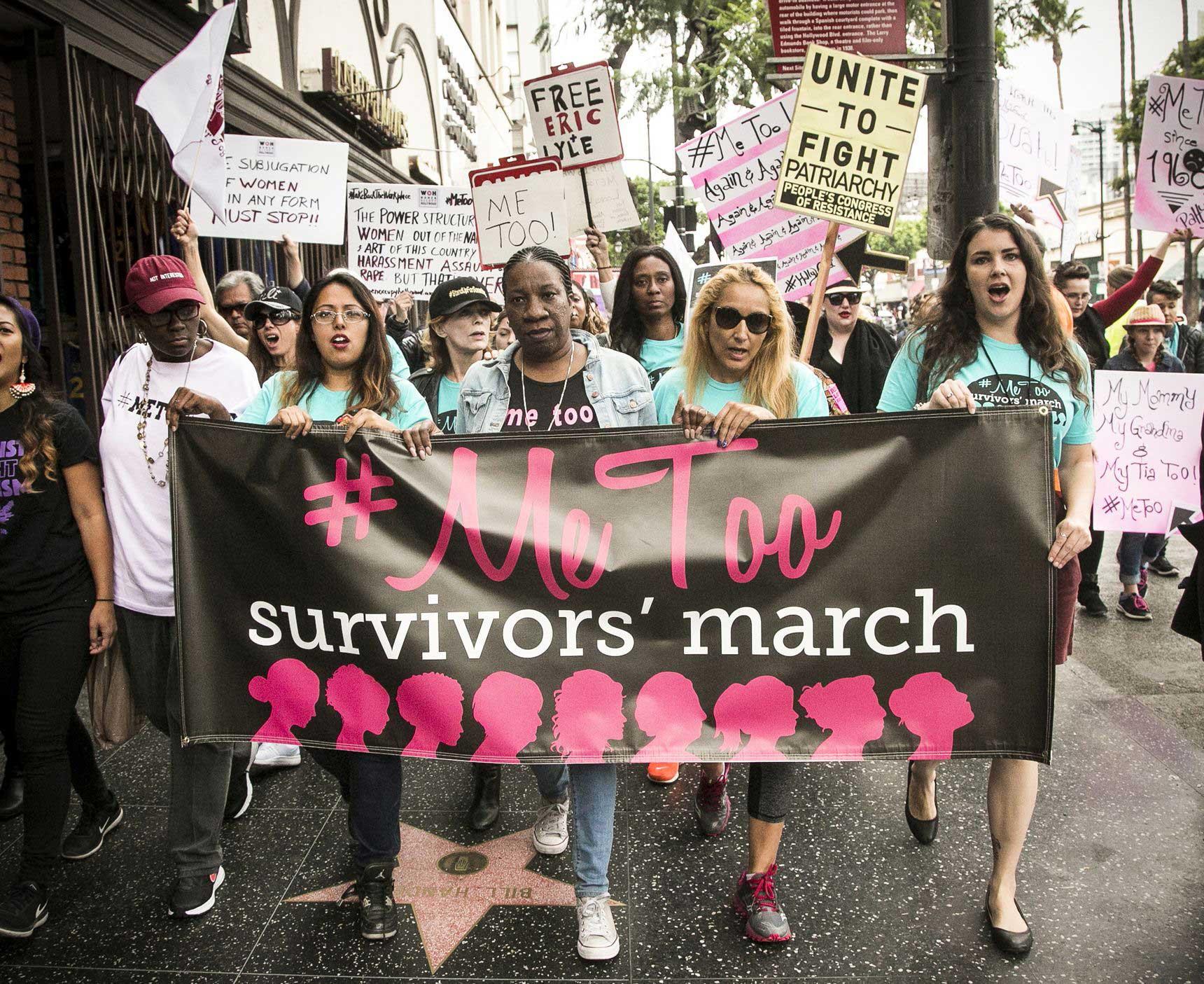 برندا گوتیرز (نفر سوم از سمت چپ) و تارانا بورک (نفر وسط) راهپیمایی «بازپسگیری محیط کار» و راهپیمایی و گردهمایی «نجاتیافتگان میتو» را در روز 12 نوامبر 2017، در بورلی هیلز کالیفرنیا، رهبری میکنند