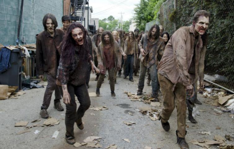 سریال مردگان متحرک دربارهی مبارزات گروهی انسان نجاتیافته است، پس از یک «آخرالزمانِ زامبی»