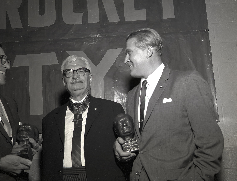سمت چپ «هرمان اوبرت» پدر تکنولوژی موشک آلمان، و در کنار او «ورنر فون بران»، کسیکه به همراه تیمی از دانشمندان آلمانی نقش اصلی را در طراحی موشکها در پروژههای آپولو و سفر به ماه داشتند