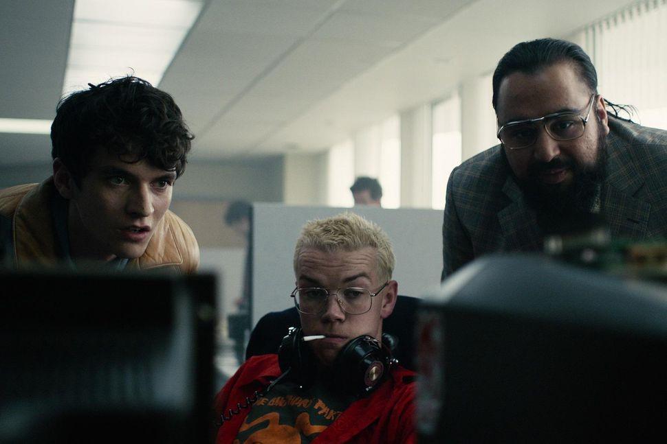 استفان، بازیگر اصلی (سمت چپ) با کولین، برنامهنویسِ بازی که قهرمان زندگی استفان است (وسط) و مدیرعامل تاکرسافت (سمت راست)، بر اساس انتخابهای شما، به اشکال مختلفی گفتوگو میکنند.