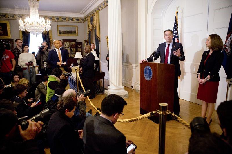 رَلف نورتم، فرماندار، در 2 فوریه سال 2019 در عمارت فرمانداری ریچموند در ویرجینیا به رسانهها پاسخ میدهد.